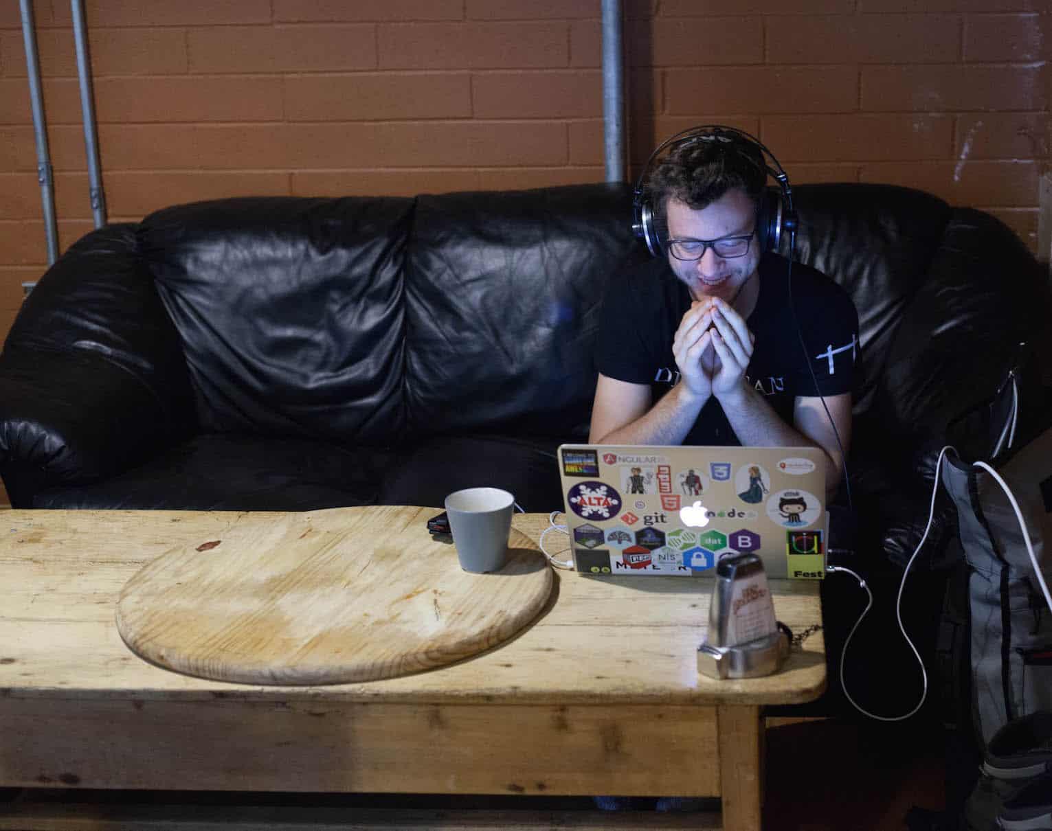 Abból él, hogy részegen teszteli a weboldalakat. Zseniális, őrült vállalkozás ötlet?
